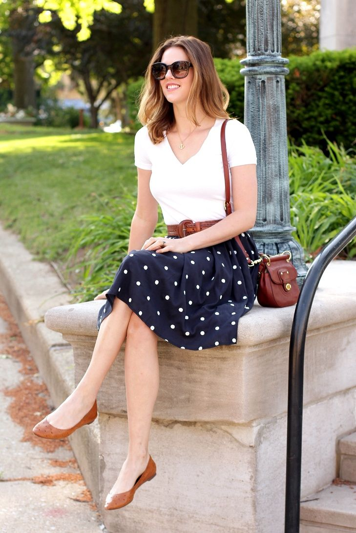 Plain tee with simple skirt, matching shoes and bag. Cute way to wear polka dots without looking childish.