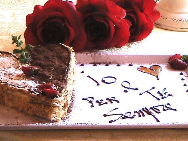La torta millefoglie a forma di cuore servita con rose rosse e petali di rose... Vi aiutiamo a personalizzare il vostro weekend romantico in Toscana più indimenticabile e bello all'agriturismo romantico Taverna di Bibbiano.