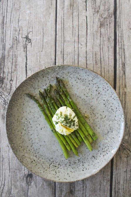 Asparges med ansjossmør // Aspargues, poched egg and anchovy