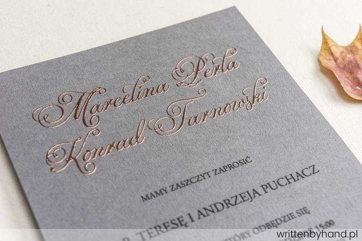 Miedziana Szarość - Piękny, szary papier pokryliśmy naszą płynną miedzią i powstało to niezwykłe zaproszenie ślubne, w którym głównymi elementami są kaligrafowane Imiona i Nazwiska Państwa Młodych oraz napis RSVP.