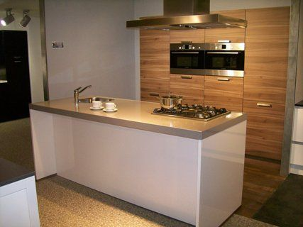 Eiland keuken in hoogglans wit plus houtpatroon.