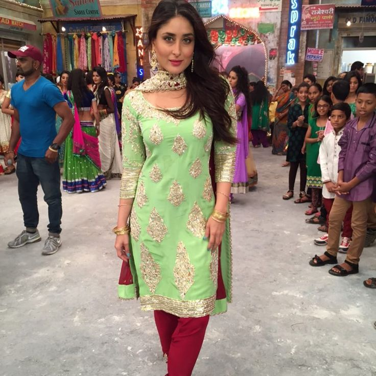 Very beautiful KAREENA in a classic indian outfit combination of pista green and maroon Eid celebration song from Bajrangi Bhaijan '