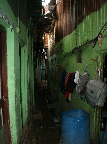Die Gänge in Dharavi sind dunkel und kaum mehr als schulterbreit. Links und rechts liegen Wohnungen, die oft nicht mehr als winzige Räume sind. Knapp die Hälfte der Familien im Slum lebt auf weniger als zehn Quadratmetern