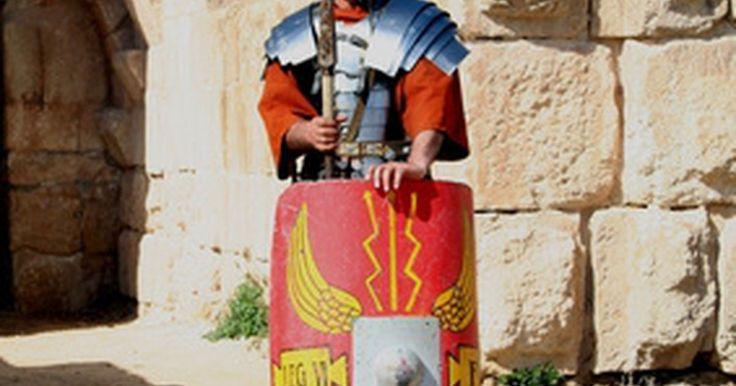 Cómo hacer un disfraz de legionario romano. Los legionarios eran los soldados de infantería del ejército romano, una fuerza militar profesional de hombres entrenados. Eran la columna vertebral del Imperio Romano. El atuendo militar del soldado romano consistía en siete piezas básicas de atavío y equipo, que incluían una túnica roja, sandalias y algunas piezas pequeñas de armadura. Un ...