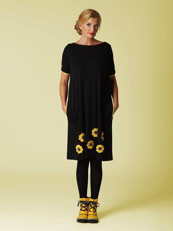 Du Milde kjole 92% viskose og 8% elastan. Løs model med lommer og hæklede solsikker. Stor i størrelsen.