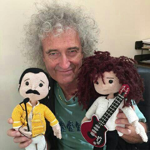 Este rockero de heavy metal, y nombrado Padre del Metal, tiene su muñequito de guata. Es un osito fofo brian. Una dulzura. Y él feliz con su muñequito freddie y brian