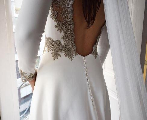 Alicia Rueda. Diseñadora de novia bilbaína. Destaca por sus vestidos de novia de de espaldas infinitas … | complementos con alma para la invitada perfecta // novia novias vestido de novia
