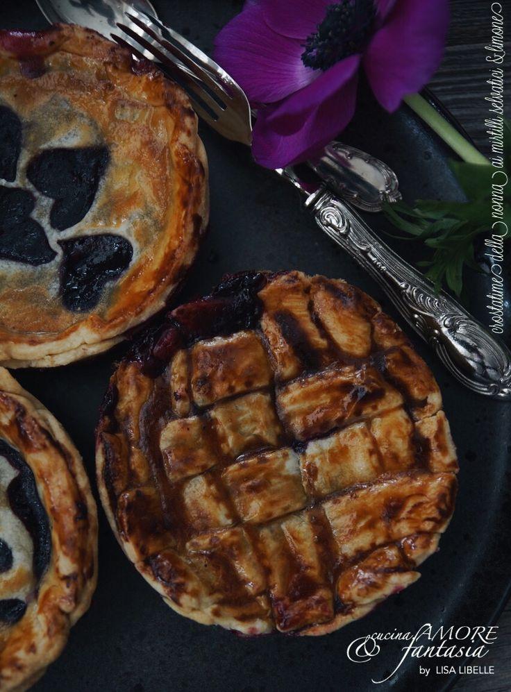 """""""crostatine della nonna ai mirtilli selvatici & limone""""  (Pies gefüllt mit Heidelbeeren und Zitronen)   Mein Rezept ist wieder für die Kategorie:   cucina.AMORE & fantasia b y     🖤    LISA  LIBELLE  online auf meinem Blog!"""