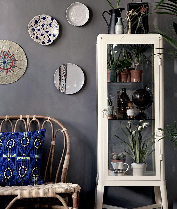 Geef je interieur een upgrade | IKEA IKEAnl IKEAnederland interieur wooninterieur inspiratie wooninspiratie trend trendy hip rotan bamboe JASSA zitbank bord FABRIKÖR vitrinekast decoratie accessoires plant planten groen duurzaam natuurlijk