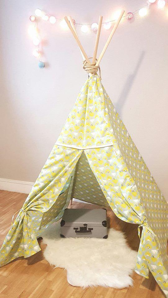 ***Tipi Pirouettes cc*** Un mètre carré de bonheur!  La tente tipi collection singe d'automne sera une merveilleuse cachette pour votre enfant, jouer, lire ou tout simplement se reposer.  Le tipi avec deux poches à l'antérieur trouvera aisément sa place dans une chambre d'enfant,un salon,ou au jardin Vos enfants pourront enfin avoir un petit espace à eux pour donner libre court à leur imagination.   4 barres de bois de 180 cm   Tissu 100% coton Lire la suite -->