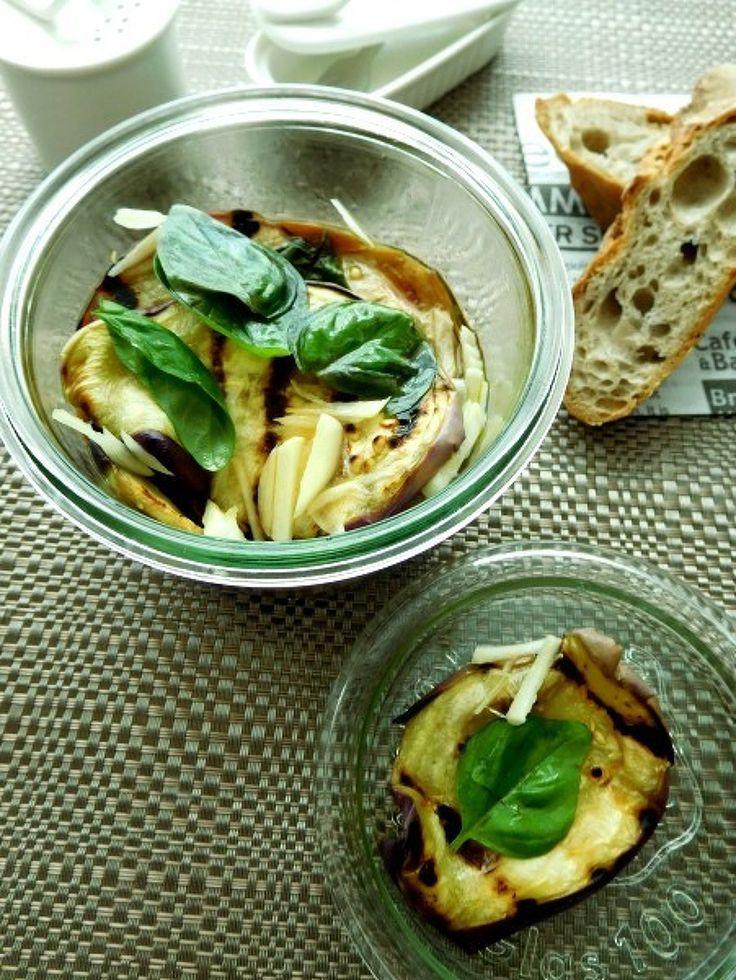秋茄子でなすのスカベーチェ by 優子 / 今がおいしい秋茄子を使ってスカベーチェ。 なすをグリルパンで焼いてからワインヴィネガーとオイルに漬け込みました。 / Nadia