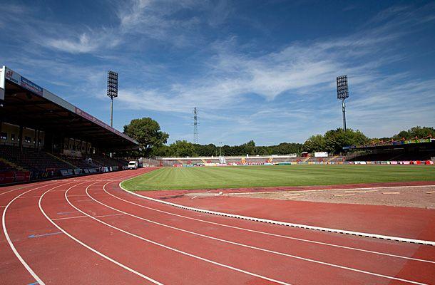 """OBERHAUSEN Heimat von R-W-O! Das Stadion Niederrhein wurde 1926 erbaut und liegt auf der sogenannten """"Emscherinsel"""" zwischen Rhein-Herne-Kanal und Emscher, direkt an der Autobahn A42. Das Stadion bietet Platz für insgesamt 21.318 Zuschauer und verfügt über 4.039 überdachte Sitzplätze. Seit jeher ist es Heimspielstätte des SC Rot-Weiß Oberhausen als größtem Fußballverein der Stadt und hat in dieser Zeit zahllose unvergessliche Spiele und Spieler gesehen. Immerhin hat die Elf mit Lothar…"""