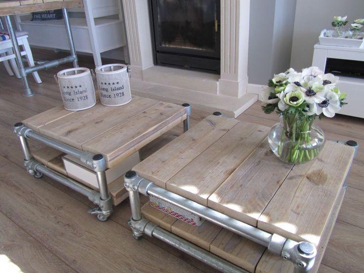 Salontafel op wielen, gemaakt van steigerbuis en steigerhout. Het geeft een mooie stoere sfeer in een klassiek interieur.