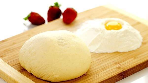 Perfektní koláče nebo znamenitá pizza. Vše začíná těstem. Proto zde máme 3 nejoblíbenější recepty na těsta. Naučte se perfektní recept na kynuté těsto, těsto na pizzu a do třetice těsto na langoše. Recept na nejlepší kynuté těsto Podívejte se i na článek: 14 tajemství, jak připravit kynuté těsto.