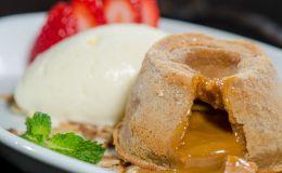 Aprenda a fazer um petit gateau de doce de leite com esta receita do chef Dudu Mesquita, do restaurante Gonzalo.