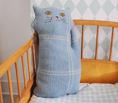 Grappige poes gemaakt van een oude wollen deken.