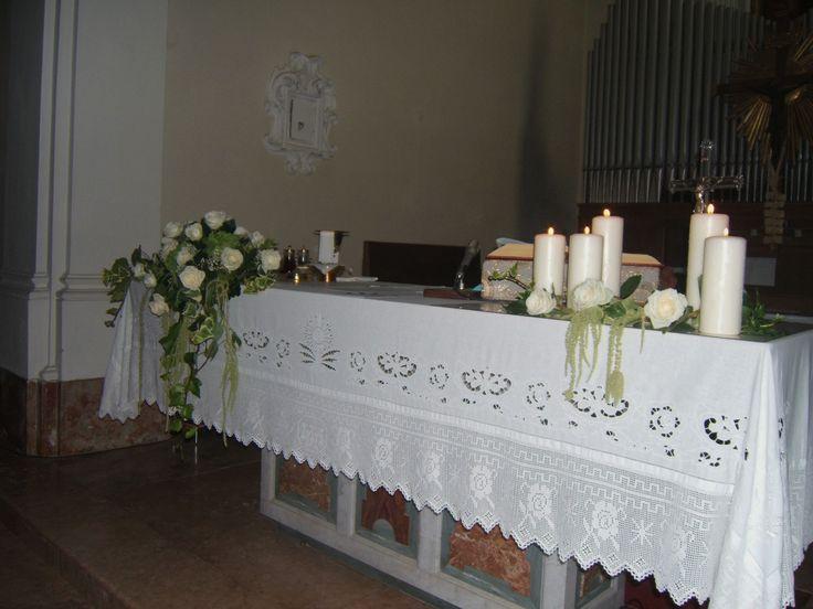 matrimonio: decorazione altare in due corpi con rose bianche e ceri