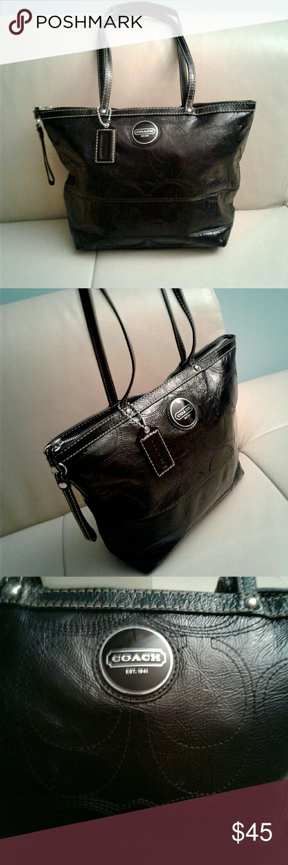 COACH TOTE BAG PATENT LEATHER F15142 Black coach shining black patent leather used but in good condition litle signs of wear inside the bag  see the last pics . Coach Bags Shoulder Bags
