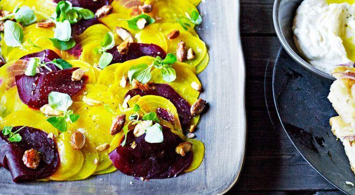 Carpaccio på betor med getoströra och sötsalta mandlar