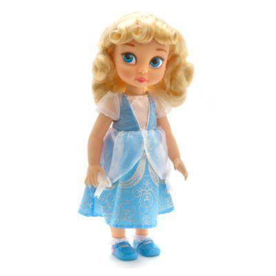 Disegnata in esclusiva da uno dei nostri animatori Disney, la bambola raffigura Cenerentola bambina. Indossa un grazioso vestitino azzurro, con dettagli in organza, brillantini e fiocco.