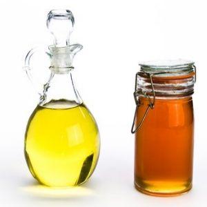 Para cabello seco: Mezcla 3 cucharadas de aceite de oliva con 2 cucharadas de miel. Aplica en tu cabello y cúbrelo con un gorro plástico. Deja actuar por 30 minutos como mínimo, y luego enjuaga y lava con un champú humectante.