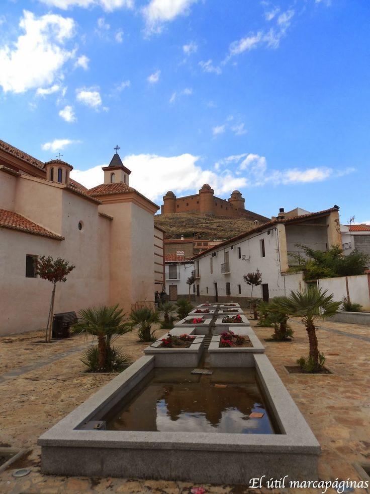 Desde el pueblo se ve el Castillo de la Calahorra.Guadix.