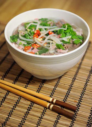 Wietnamska zupa pho (phở). Zupa nie zupa. Dobry autentyczny przepis. To najbardziej znana wietnamska potrawa poza oczywiście sajgonkami.