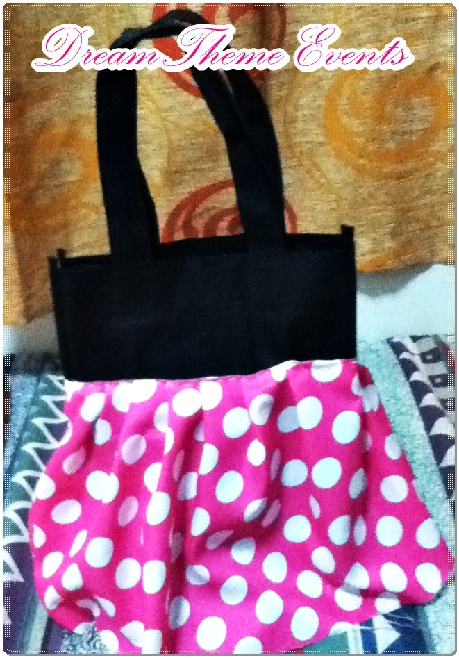 Having a minnie mouse party? This minnie lootbag is super cool :)