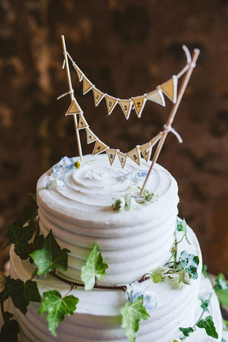 Rustic, simple style wedding cake decoration. Ivy decoration, white wedding cake.