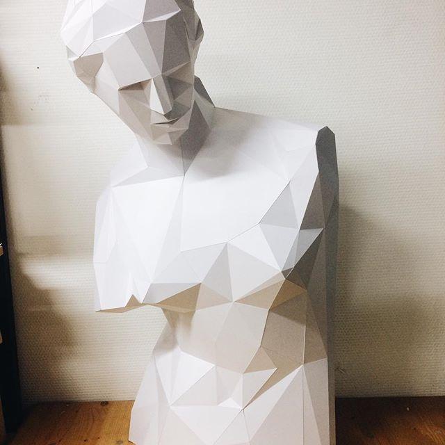 Венера Милосская собственной персоной у нас в мастерской  #matopaper #lowpoly #lowpolygon #papercraft #paperart