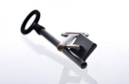 CHIAVI CADORINE  La più classica delle chiavi, quella che rimanda direttamente alle origini del Gruppo Bianchi 1770. Fino ad un tempo non lontanissimo la chiave per eccellenza, è oggi confinata all'utilizzo negli ambiti di alta sicurezza come le casseforti. Resta però un prodotto che esprime come pochi la capacità di unire alta tecnologia ed esperienza, due delle parole chiave di Keyline.
