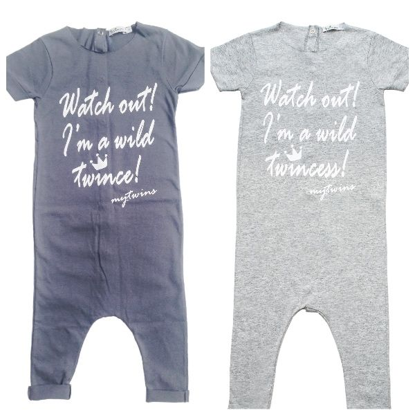 Σετ ολόσωμες κοντομάνικες παιδικές φόρμες για αγόρια & κορίτσια σε ανθρακί και γκρι χρώμα με τύπωμα Twince & Twincess. Κουμπώνουν με trucks στην πλάτη. 100% cotton.