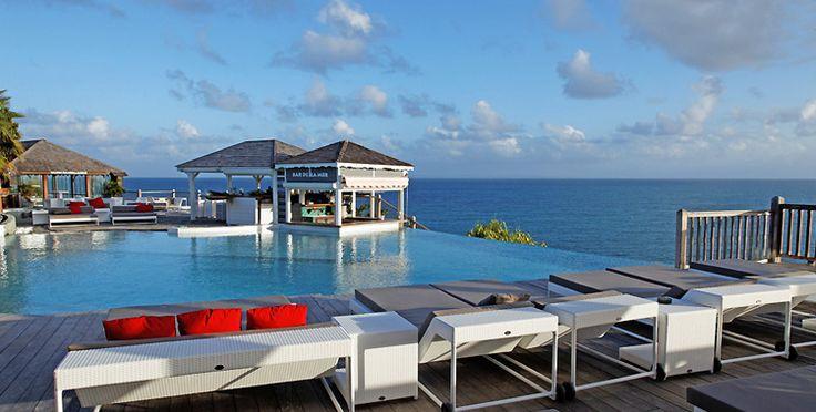 Une agréable piscine à débordement avec le Bar de la mer en fond pour tout vos cocktails à La Toubana Hotel & Spa en Guadeloupe.