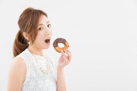 ストレスがたまったり、生理前だったり、たまに「甘いものが食べたい!」と思うことはありませんか?甘いものが食べたいと思う原因にはちゃんとした理由がありました。食べたくなるものとその原因を知って、身体に足りていない栄養素を摂り入れましょう!