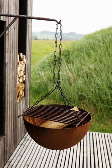 hanging grill, interesting idea. You could do a hanging fire pit instead
