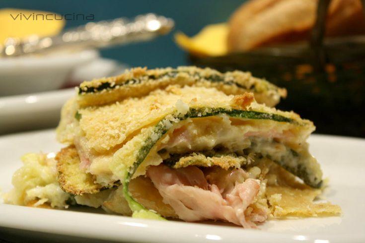 Zucchine in teglia con formaggio e prosciutto, un piatto davvero sfizioso, da considerarsi anche come piatto unico, vista la ricchezza degli ingredienti.