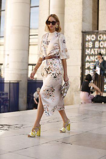 Street Style PFW by LeoFaria @streetstylemood Candela Novembre, vestido estampado de flores, cinto marrom, street style, leofaria, streetstylemood, Paris Fashion Week
