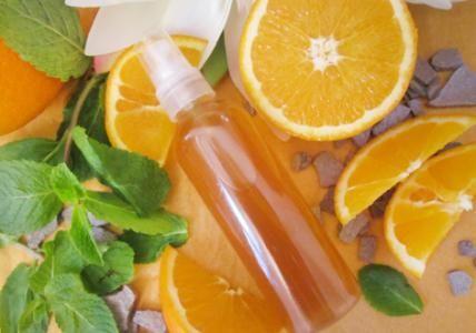 Recette : Lotion de beauté miraculeuse clarifiante Orange & Menthe. Cette lotion purifie la peau et favorise l'élimination des impuretés, points noirs et boutons. La peau est plus claire, plus nette et le teint plus lumineux. Cette lotion ayurvédique apaise Kapha.  - Aroma-Zone