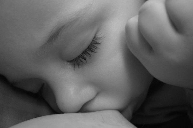 os sinais de que o bebê está pronto para o desmame natural e como encorajá-lo neste processo.
