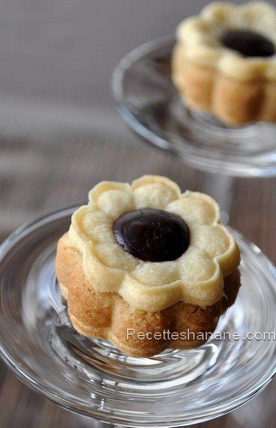 De superbes petites pâtisseries sous formes de « fleurs » fourrées aux amandes et parfumées à la vanille. Je me suis inspirée de cette recette , testée et adoptée ! (j'ai modifié un peu la recette de base, mes biscuits sont &nature& sans miel, mais sachez...
