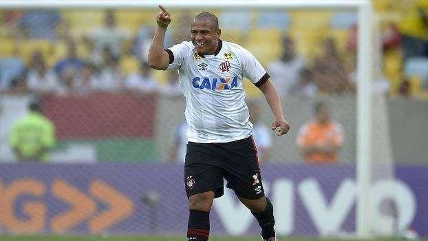 Walter fez o primeiro gol do Atlético-PR diante do Fluminense