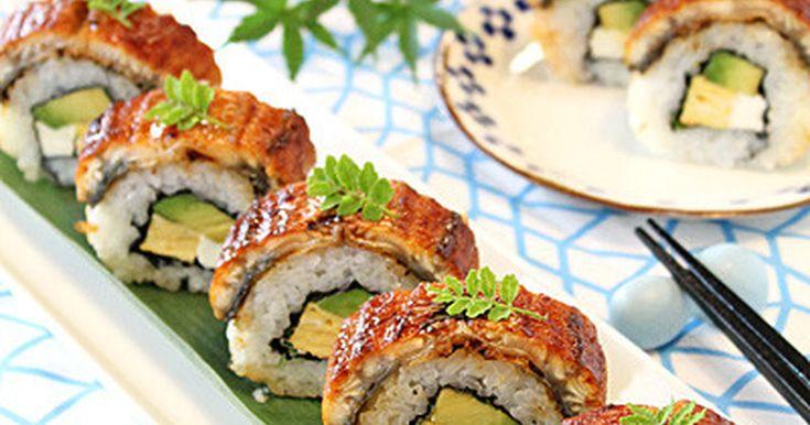 押しずしの型がなくても洋風の裏まき寿司に鰻を乗せたスタミナたっぷりこくうま鰻寿司です。