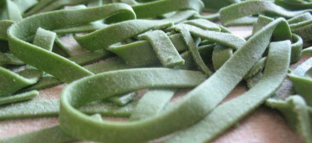 La pasta fresca verde fatta in casa è un emblema della nostra cucina Italiana ed è da anni una ricetta tradizionale molto semplice da preparare. Questo tipo di pasta è tra le più amate e particolari in Italia, diventando una particolare attrazione anche per i turisti di tutto il mondo. Realizzata con spinaci e uova, […]