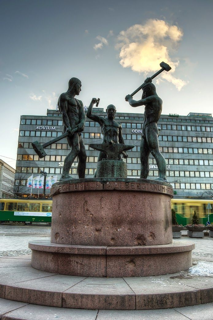 Kolmen sepän patsas, Helsinki                                                                                                                                                                                 Mais