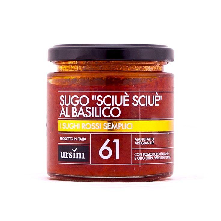 """Il sugo Sciuè Sciuè di Ursini si basa su ingredienti semplici, come il pomodoro italiano, il basilico e l'olio extravergine.  A Napoli l'espressione """"sciuè sciuè"""" serve per definire qualcosa di semplice e veloce, che non richiede troppo impegno."""