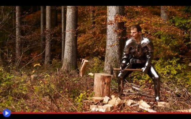E così, francese, pensi di poter correre con l'armatura? I vestimenti metallici dei cavalieri risplendevano persino sotto il sole tenue di fine ottobre, mentre il meglio della Francia si schierava in cima a un colle ad Agincourt. Ma nessuno, in quel frange #storia #medioevo #battaglie #agincourt