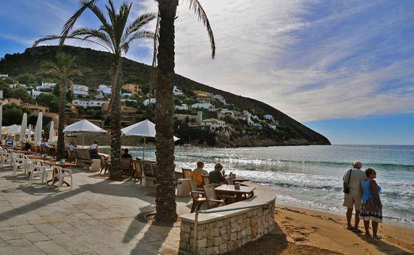 #Strand #El #Portet - in wintertijd een gewild strand vanwege de beschutte ligging tegen koude landwind. Zelfs in januari wordt hier door liefhebbers in zee gezwommen.