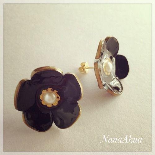 NanaAkua https://www.facebook.com/NanaAkua.Kobo カワチ画材さんの黒プラバンが届いたので実験。 立体の花のピアスをまずは作ってみました。 黒プラバン面白い!これからの季節に合うアクセサリー作りに使えそう。 #プラバン #プラ板 #shrinkplastic #黒プラバン