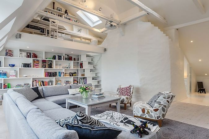 Dubbelhoge leefruimte in zolder appartement met witte inbouwkast