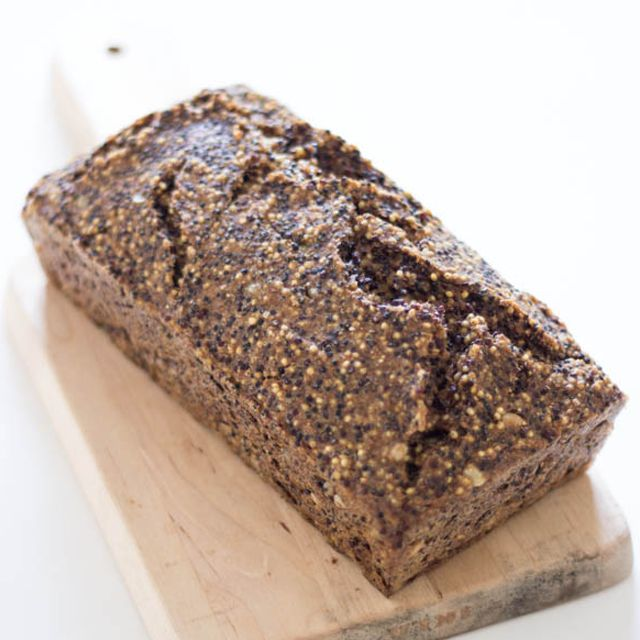 Il pane magico è senza glutine, senza farina, senza lievito e vegan. Fatto solo con cereali integrali e semi. Buono da non crederci!